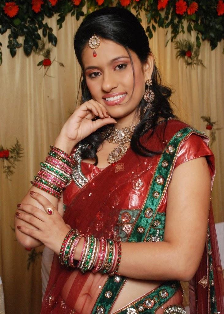 kerala doodwali aunty removing saree showing pressing ...