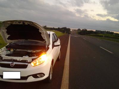 Fiat Grand Siena parado com defeito na rodovia