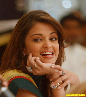 Aishwarya Rai Smiling Pregnant_FilmyFun.blogspot.com
