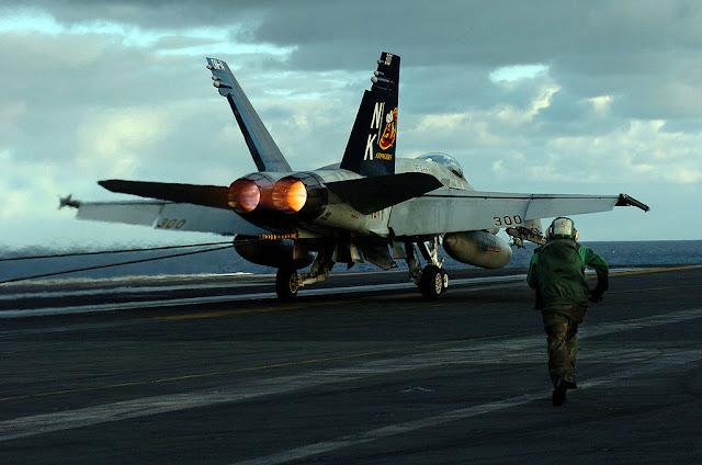 f-18 uçak gemisi iniş