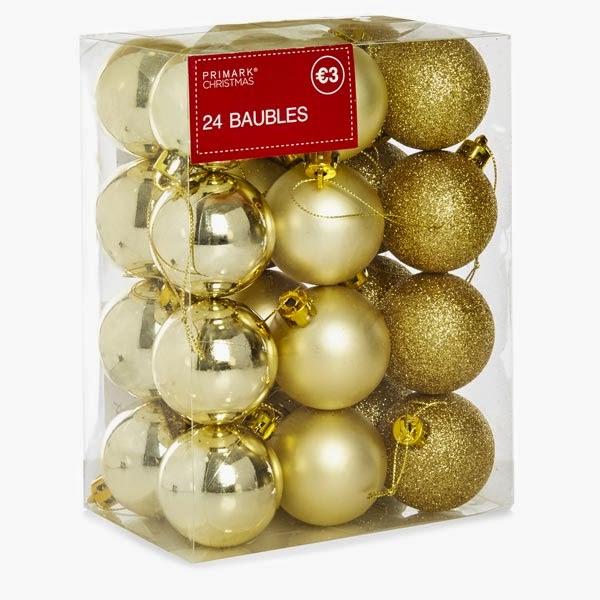 Caja de bolas doradas para Navidades de Primark