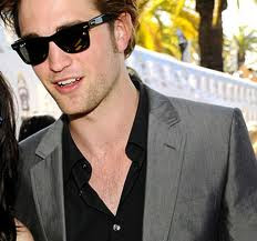 Robert Pattinson was born May 13, 1986 in London, England. He loves music and is an excellent musician, playing both guitar and piano.