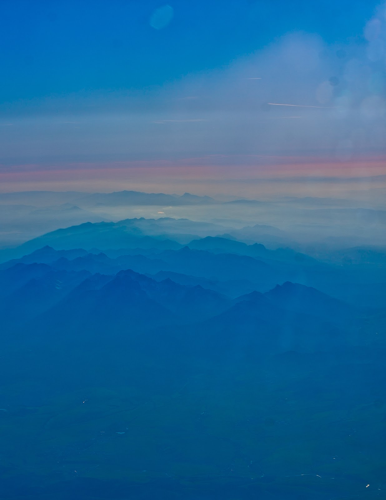 widok na góry z samolotu zachód słońca