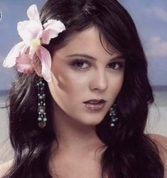 Allison Lozano con una flor en la cabeza