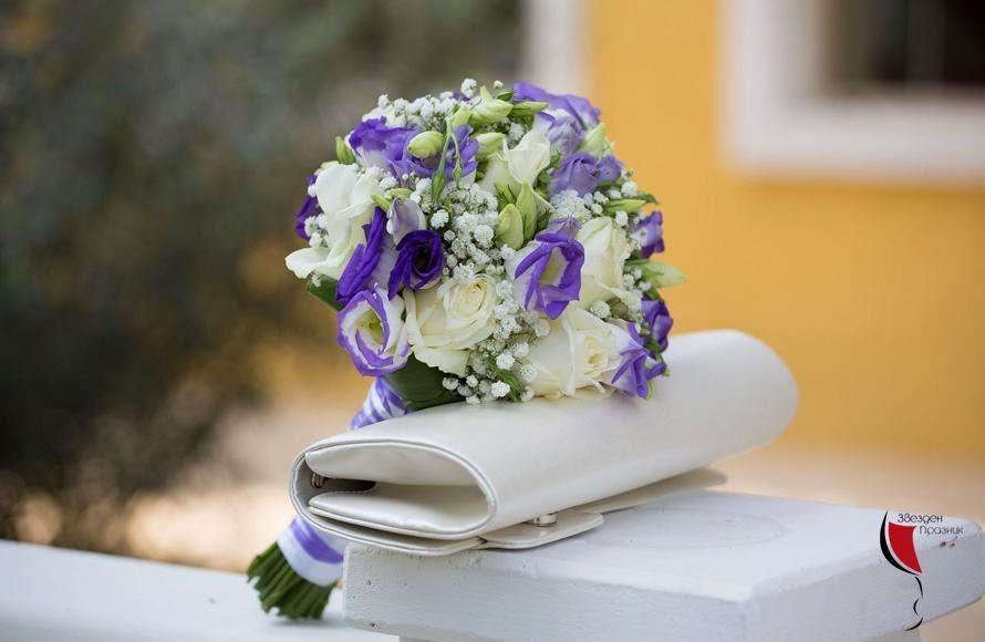 сватбен букет в лилаво и бяло