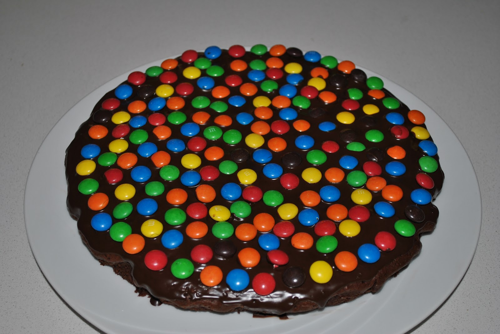 Appetitoso E Goloso Torta Al Cioccolato Con Confetti Colorati