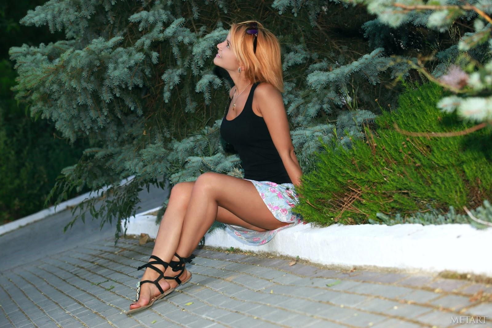 Eva Karera размазывает по сиськам горячую сперму которую извергли на неё дружки