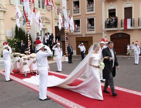 Сватбата в Монако - бащата води булката към олтара