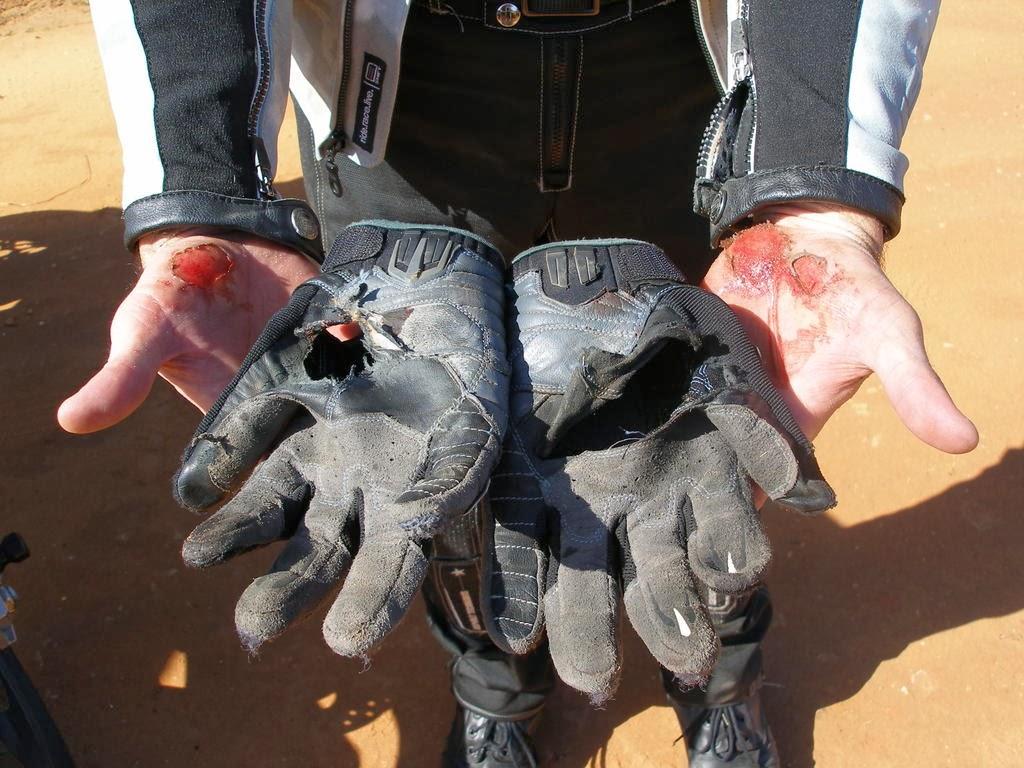 Guantes de moto destruidos