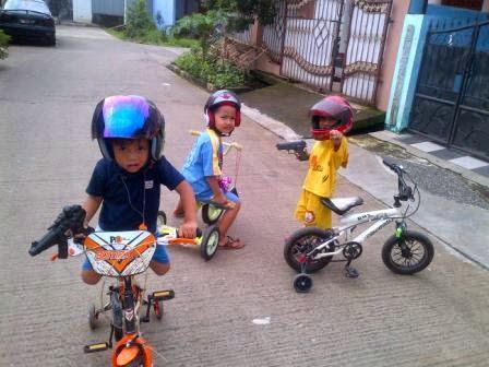 Hidup terasa lebih mudah dan sederhana ketika mereka masih memakai sepeda roda 3 don roda 4 saja!