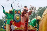 Reyes Magos lanzando regalos (Cagalgata de Triana)