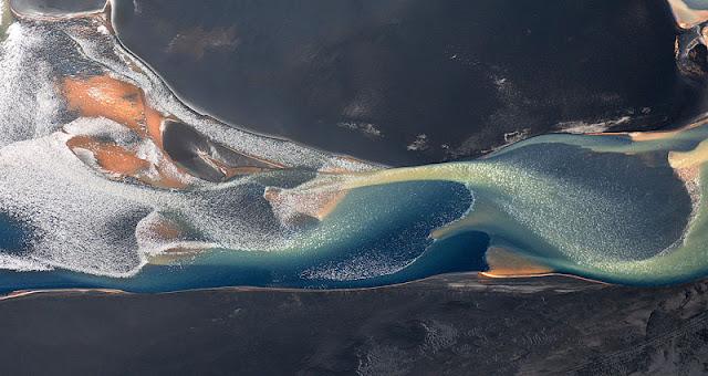 Foto aerial Iceland kelihatan seperti Lukisan Abstrak