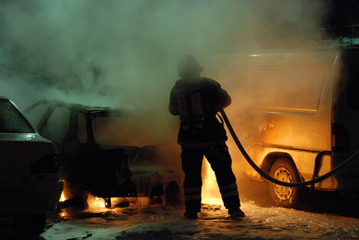 bombero coche incendiado
