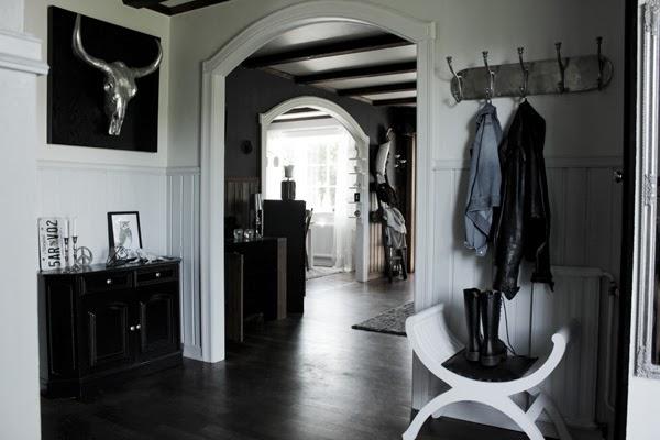 bilder före renovering i hall, före och efter renovering i hall, hallen i svitt och svart, bröstpanel på väggen i hallen, vitt valv, parkett, byffelhuvud, nummerplåt, prints,