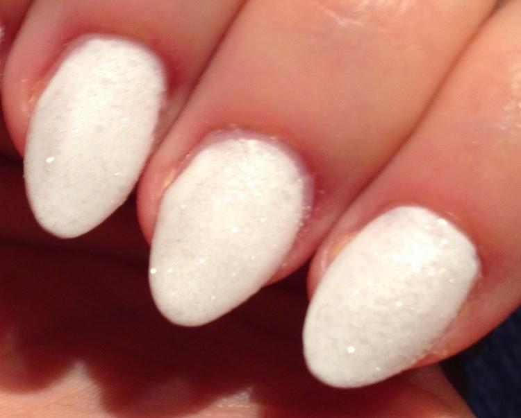 biale paznokcie