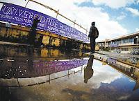 Alunos colocam faixas durante ocupação na Unifesp de Guarulhos; situação é precária (Joel Silva/Folhapress)