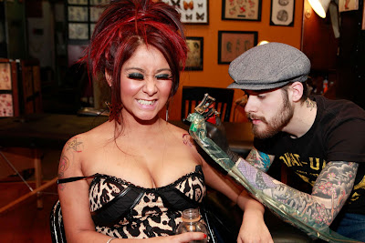 Nicole-Snooki-Polizzi-Making-New-Tattoo-2012