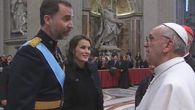 Papa saludando a los Príncipes de Asturias