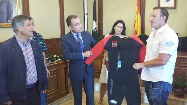 Alejo Riñones , Fernando Salguero haiendo entrega del material a los bomberos de Béjar