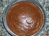 Tarta puro chocolate-mezcla en el molde