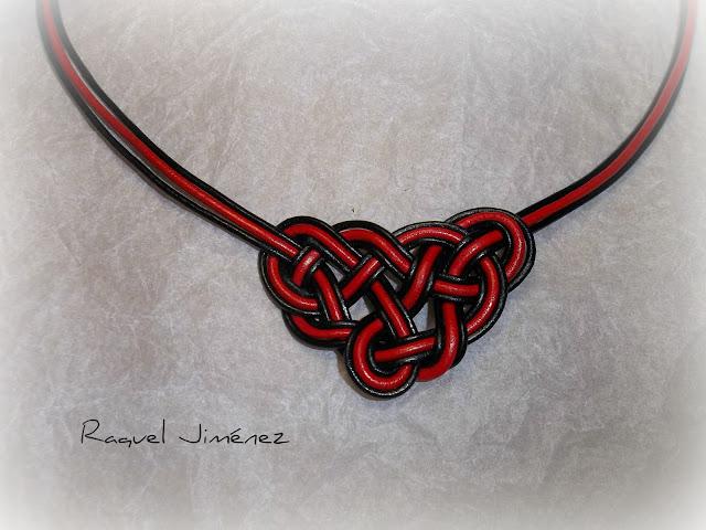 collar cuero negro y rojo con forma de nudo celta