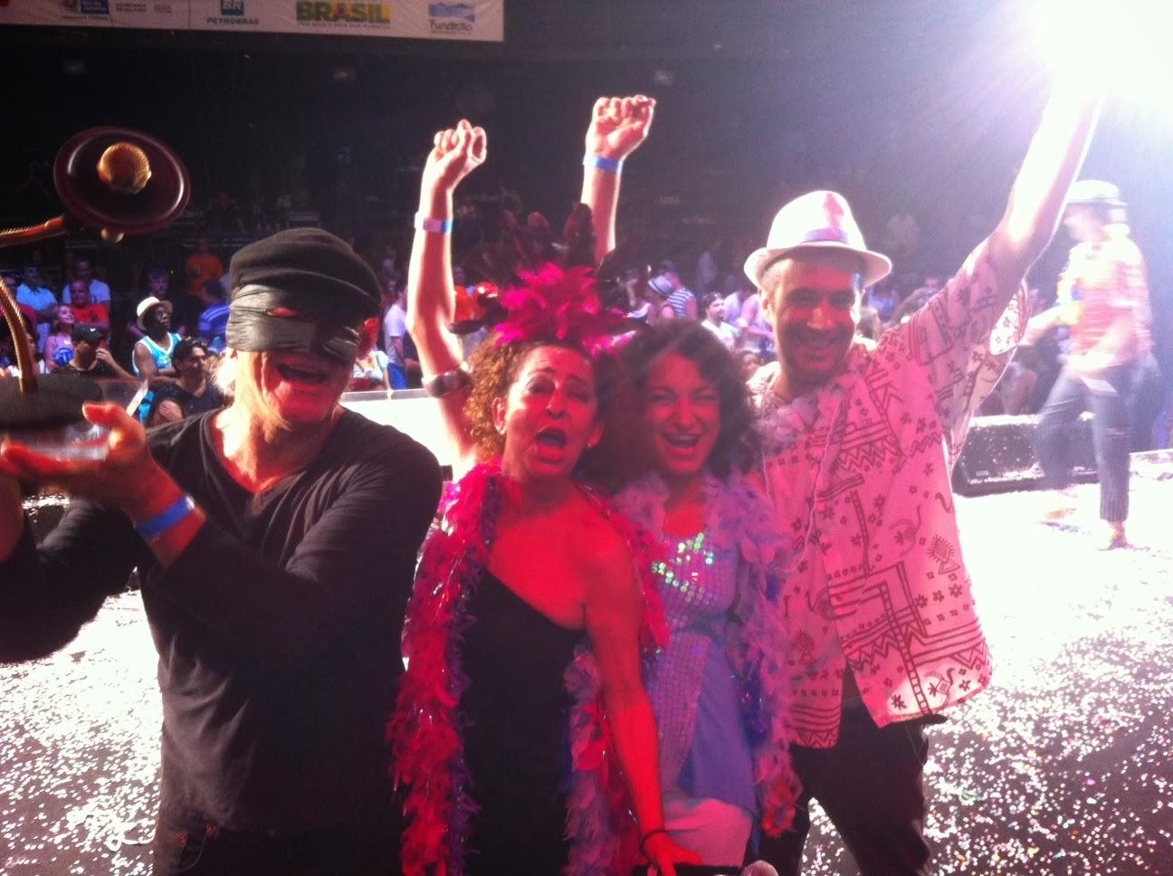 Cássio Tucunduva (levantando o troféu Marlene), Cely Trece, Naiana Péres e Paulinho Pereira, intérpretes de 'Cadê a viga?'