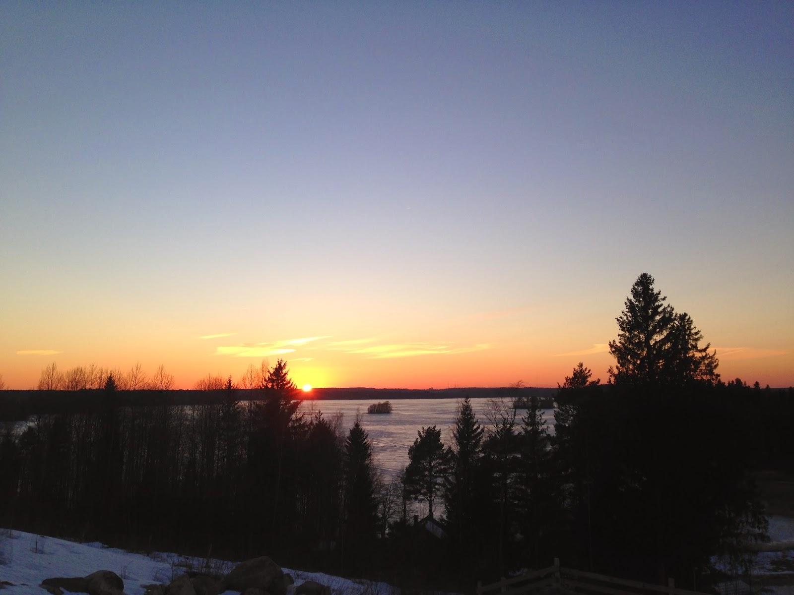 Auringonlasku Puuta ja kiveä -raksablogin tontilla.