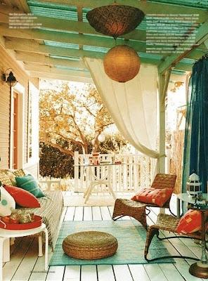 pufy na balkonie
