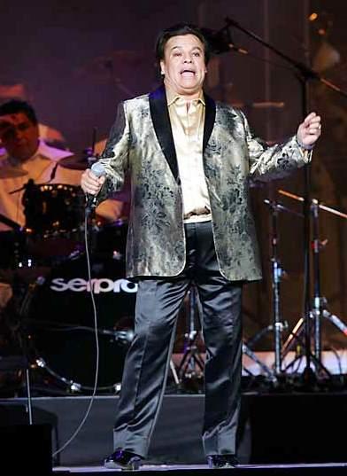 Juan Gabriel bailando en su concierto