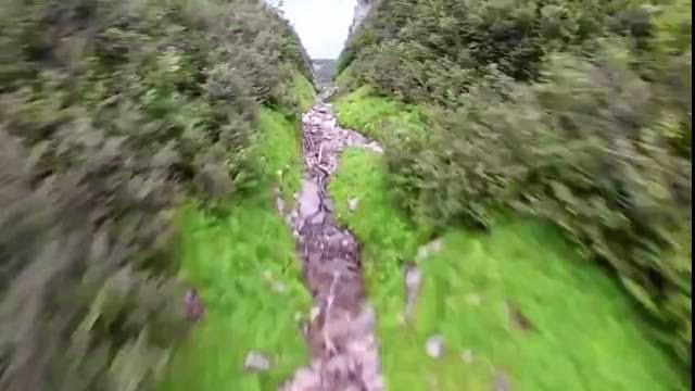 POV d'un homme volant qui passe très près du sol