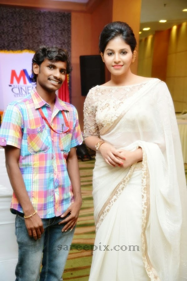 Anjali-saree-with-fan-Geethanjali-first-look-launch