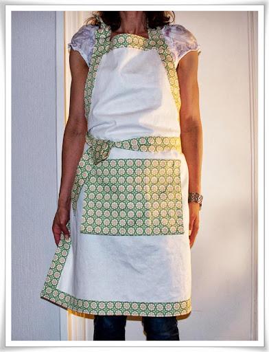 Mitt nya förkläde, vitt med grönmönstrade kanter
