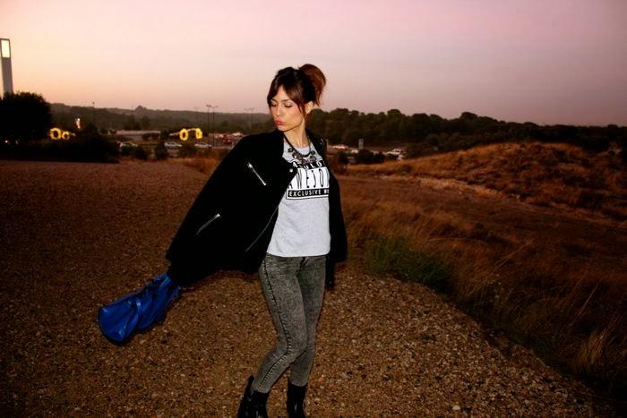 conjunto, camiseta mensaje, bolso azul, abrigo negro