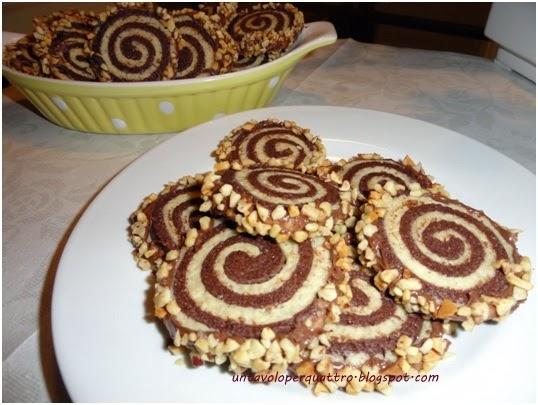 Un tavolo per quattro biscotti bigusto con granella di nocciole - Tavolo attrezzato per impastare ...