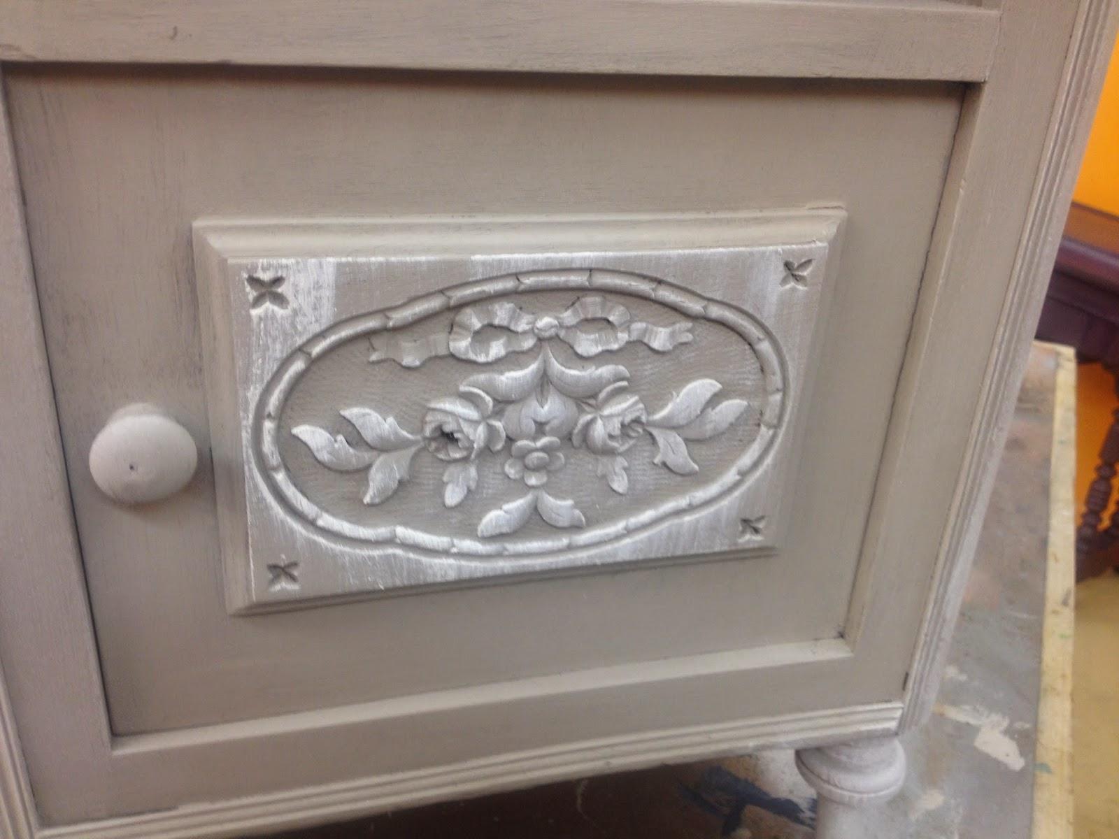Cours de peinture sur meuble ffet blanchi sur fond champignon for Peinture sur meuble