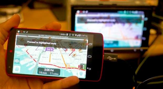 Sebelum Anda pasang di smartphone yang kompatibel, Anda harus menginstal beberapa aplikasi untuk mengaktifkannya ke telepon.