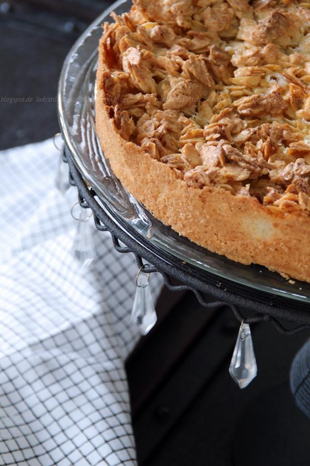 Apfel-Mandelkuchen auf Tortenplatte