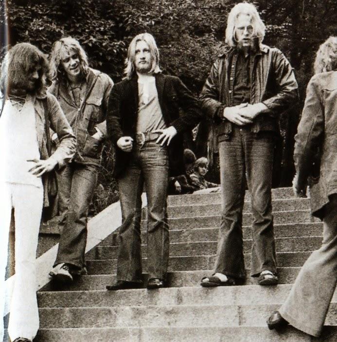 """""""Asoka"""" é uma banda sueca formada em 1967 pelos remanescentes do """"Taste Blues"""". Lançou seu disco de estréia em 1971, um excelente disco, contendo uma interessante mistura de psicodélica com texturas de blues, hard rock e jazz. Alguns momentos soam bastante pesados, com inusitado andamento e destaque para uma eficiente produção. As músicas são cantadas tanto em inglês como em sueco, o que dá um charme incomum na parte vocal, porém o destaque é o trabalho instrumental que é bastante interessante em boa parte da execução de todas as músicas do disco. A primeira tem o título de """"Psykofoni for Ekogitarr Och Poporkester"""", e começa com uma marcação de baixo e bateria bastante acentuada e com um solo de guitarra psicodélico que pontua todo o início da música, após uma quebrada no andamento, a guitarra abre o espaço para um órgão Hammond que executa um interessante diálogo com a guitarra. A próxima é """"Leave Me"""", com uma levada mais dançante, onde novamente o destaque é o trabalho do baixista e do baterista. Na sequência, temos """"Sevenssson Blues"""", que pelo título parece ser um daqueles hard blues, porém o que vemos é um riff de órgão sobreposto a uma marcante percussão, com um baixo solando o tempo inteiro e com um vocal bastante agudo, a mais freak do disco. Quando se acha que o disco não pode mais surpreender, eis que surge a quinta faixa """"1975"""", com um começo soando como grupos ingleses dos anos 1960 e um trabalho de piano com clima jazzístico. Na sexta faixa """"If You Fell"""", novamente guitarra dialogando com o órgão e um inusitado solo de violino no meio da música. Uma melodia contagiante inicia a faixa seguinte, """"Tvivlarem"""", conduzida pelo órgão e vocal, fazendo com que esta seja a música mais palatável do disco. """"I'm Trying"""" (To Find a Way to Paradise) é um ótimo hard levado pelo órgão e rápidos solos de guitarra, lembrando bastante o Deep Purple na época do Machine Head e com um final surpreendente. O disco foi relançado em CD nos anos 1990 inclusive trazendo oito raríss"""