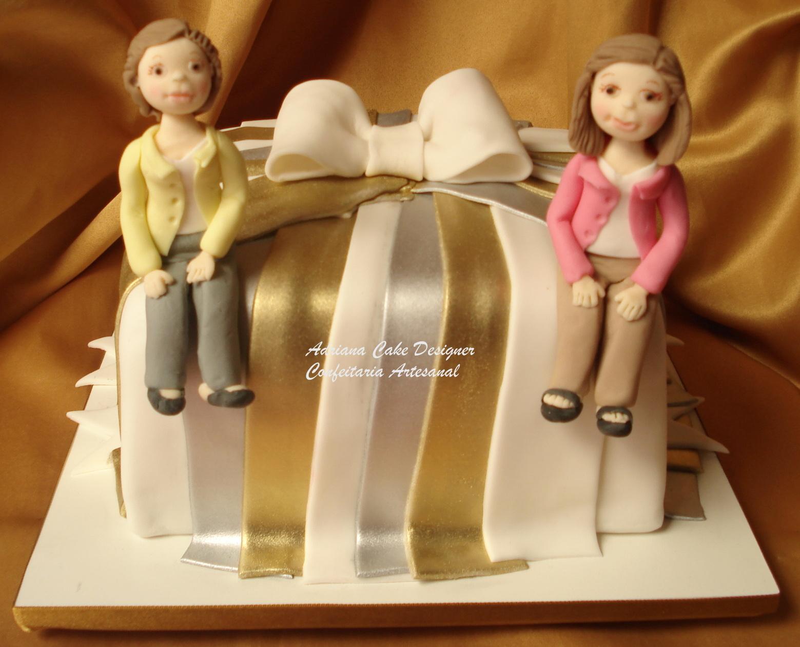 esse bolo foi para comemorar aniversrio de duas pessoas uma senhora de anos e de sua bisneta que queria registar esse momento nico com lindo bolo