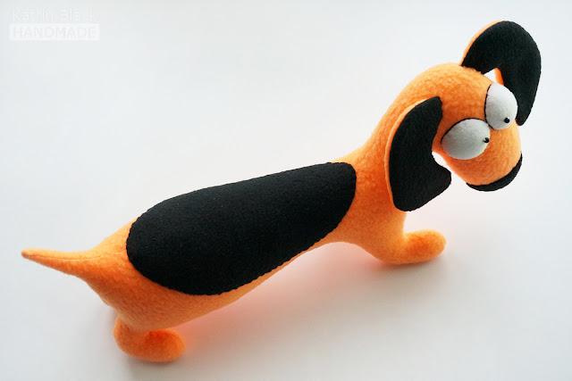 Авторская игрушка из флиса - прикольная такса.