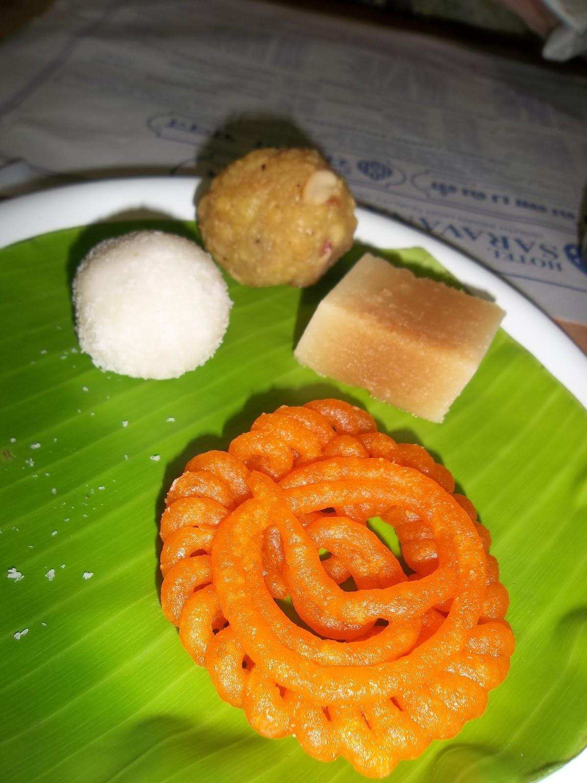 Ce sont des sucreries indiennes, à base de confiture de lait, de sirop, de  fruits secs (pistaches, amandes, noix diverses). Une petite ressemblance  avec les