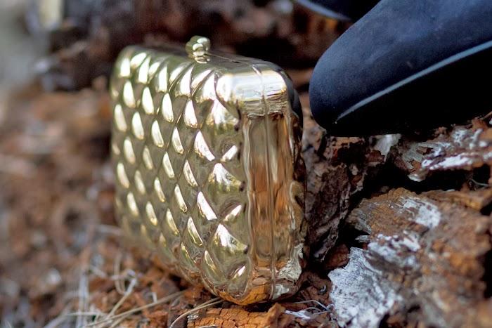 Clutch  metálico dorado con grabado acolchado de VICTORIA DELEF
