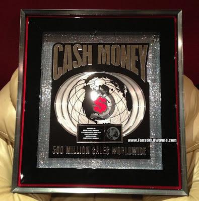 foto de la placa de los 500 millones de canciones que vendio cash money records
