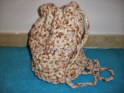 mochila tejida a crochet con trapillo