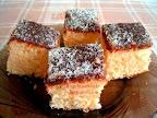 Kókuszos poharas kevert sütemény, olvasztott tortacsokoládéval leöntve, és kókuszreszelékkel megszórva a tetején.