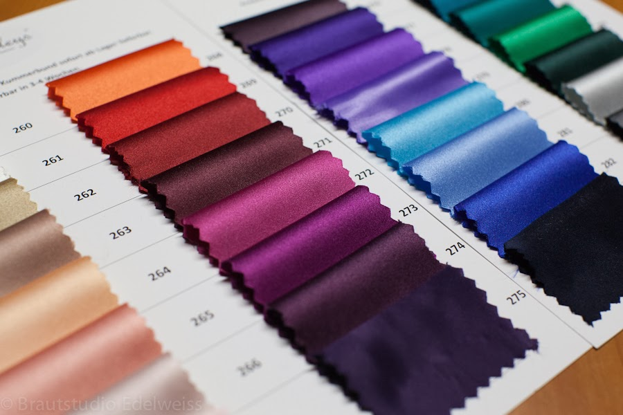 Krawatten in verschiedenen Farben bestellen. Passend zum Abendkleid. Farbwahl Krawatten.