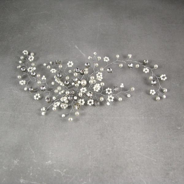 Ślubna ozdoba do włosów z perłami i kryształkami w formie gałązki gipsówki.