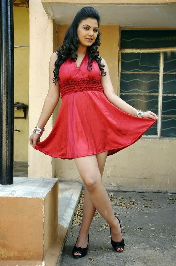 Desi Bhabhi Priyanka Teasing Devar Stills Exposing Juicy Mangoes Image