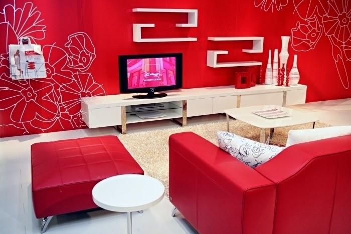 Foto de sala decorada con rojo Un ambiente cargado de energía y