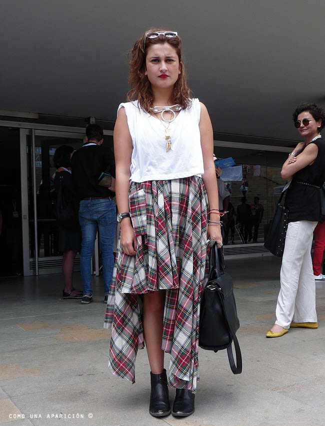 street-style-como-una-aparición-sunglasses-white-t-shirt-martin-margiela-necklace-for-h-&-m-tartan-skirt-ancle-boots-blanck-purse-colombiamoda-moda-calle